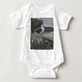 gaviota en roca en Cambria, California Body Para Bebé