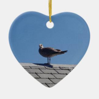 Gaviota en un tejado de pizarra adorno de cerámica en forma de corazón