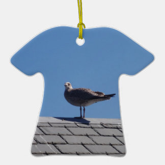 Gaviota en un tejado de pizarra adorno de cerámica en forma de camiseta
