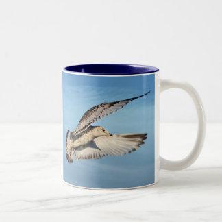 Gaviota en vuelo taza de café