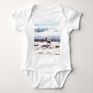 gaviota por el océano en la imagen de la playa body para bebé
