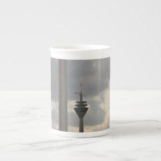 gaviota sobre duesseldorf taza de porcelana