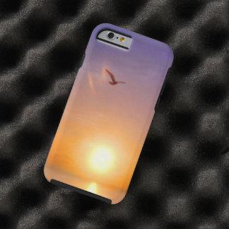Gaviota solitaria de la puesta del sol del océano funda de iPhone 6 tough