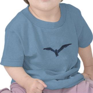 Gaviota y nubes del vuelo camisetas