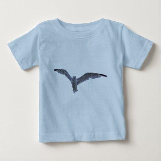 Gaviota y nubes del vuelo tshirts