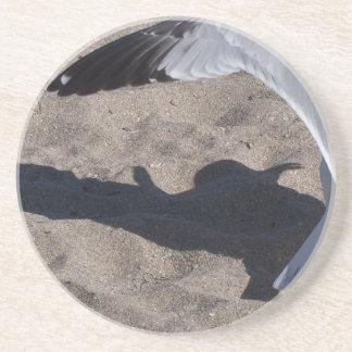 Gaviota y sombra. ¡Efecto aseado sobre la arena! Posavasos Personalizados