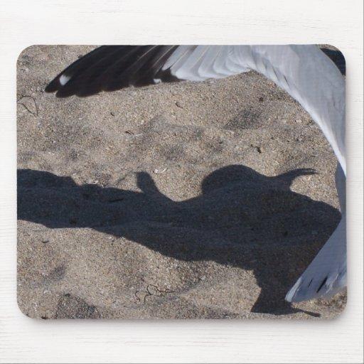 Gaviota y sombra. ¡Efecto aseado sobre la arena! Tapetes De Ratón