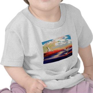 Gaviotas coloridas del vuelo camisetas