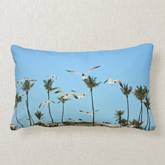 Gaviotas de Bahamas que vuelan sobre la almohada d