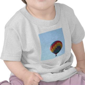 Gaviotas del globo del vuelo camisetas