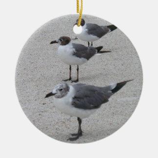 Gaviotas en la placa de la playa adorno navideño redondo de cerámica