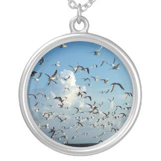 gaviotas que vuelan sobre la playa collar personalizado