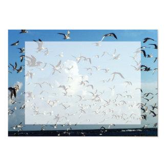 """gaviotas que vuelan sobre la playa invitación 5"""" x 7"""""""