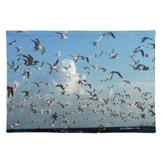gaviotas que vuelan sobre la playa manteles