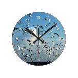 gaviotas que vuelan sobre la playa relojes de pared