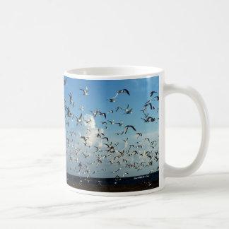 gaviotas que vuelan sobre la playa taza básica blanca