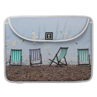 Gaviotas y Deckchairs de la playa Fundas Para Macbook Pro