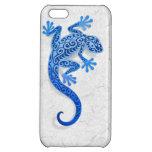 Gecko azul que sube en una pared blanca
