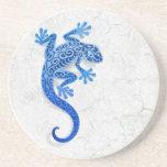 Gecko azul que sube en una pared blanca posavasos diseño