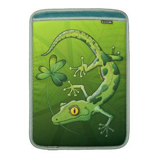 Gecko del día de San Patricio Fundas MacBook