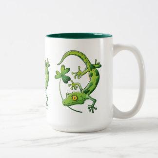 Gecko del día de San Patricio Taza De Dos Tonos