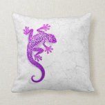 Gecko púrpura que sube en una pared blanca cojin