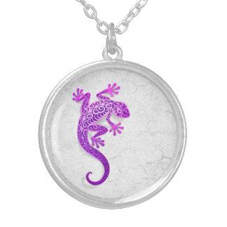 Gecko púrpura que sube en una pared blanca collar personalizado