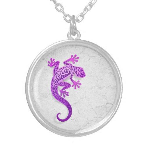 Gecko púrpura que sube en una pared blanca colgante redondo