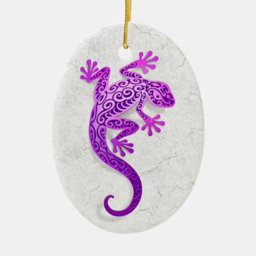 Gecko púrpura que sube en una pared blanca adorno de reyes