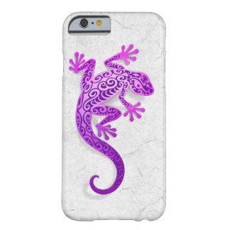 Gecko púrpura que sube en una pared blanca funda de iPhone 6 barely there