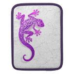 Gecko púrpura que sube en una pared blanca mangas de iPad