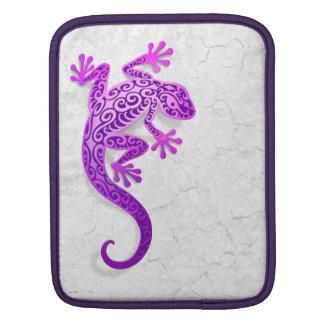 Gecko púrpura que sube en una pared blanca funda para iPads