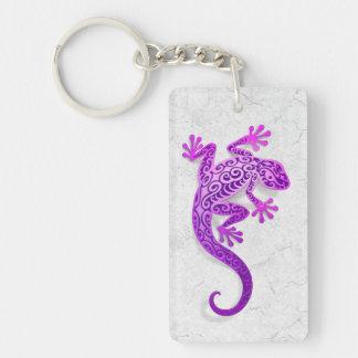 Gecko púrpura que sube en una pared blanca llavero rectangular acrílico a doble cara