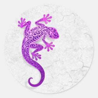 Gecko púrpura que sube en una pared blanca etiquetas redondas