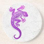 Gecko púrpura que sube en una pared blanca posavasos personalizados