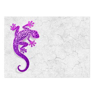 Gecko púrpura que sube en una pared blanca tarjetas de visita grandes