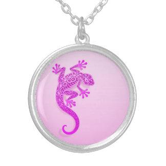 Gecko rosado que sube colgantes