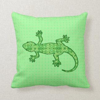 Gecko tribal del batik - cal y verde esmeralda cojín decorativo