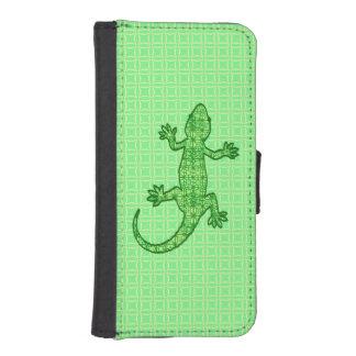 Gecko tribal del batik - cal y verde esmeralda fundas cartera para teléfono