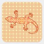 Gecko tribal del batik - coralino y anaranjado pegatina cuadradas