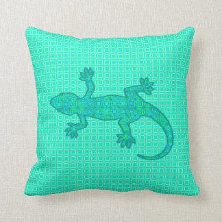 Gecko tribal del batik - turquesa/pavo real cojín