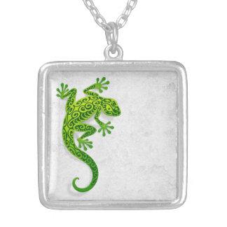 Gecko verde que sube en una pared blanca colgante personalizado