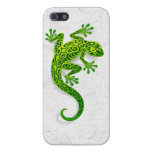 Gecko verde que sube en una pared blanca iPhone 5 cobertura