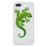 Gecko verde que sube en una pared blanca iPhone 5 carcasas