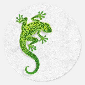 Gecko verde que sube en una pared blanca etiquetas redondas