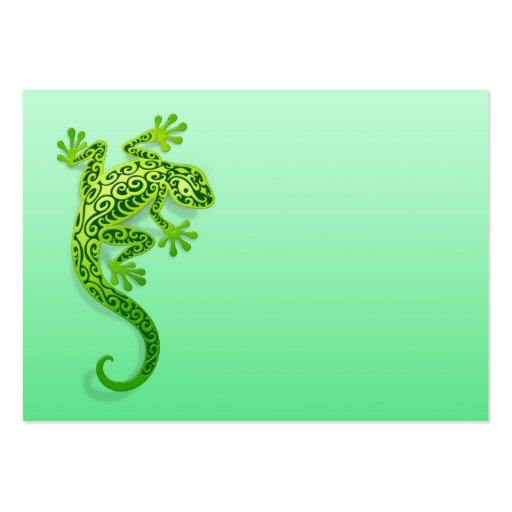 Gecko verde que sube tarjeta de negocio