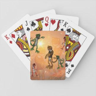 Geckos divertidos con el gorra y la camisa cartas de póquer