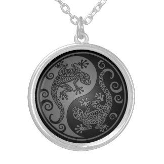 Geckos oscuros de Yin Yang Pendiente Personalizado