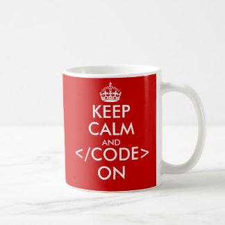 Geeky guarde la calma y el código en la taza para