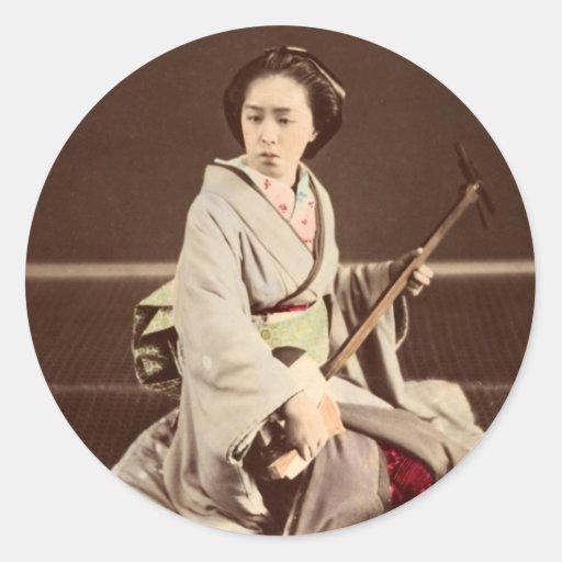Geisha con Shamisen, C. 1870 de Tokio Pegatina Redonda
